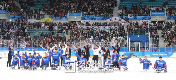 [경향포토] 응원에 답례하는 한국 패럴림픽 아이스하키팀